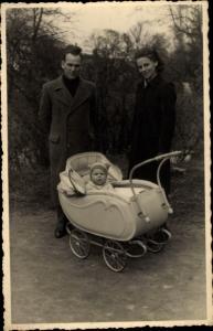 Foto Ak Eltern mit Kind im Kinderwagen, Familienportrait