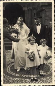 Foto Ak Ehepaar, Mädchen mit Blumen, Familienportrait