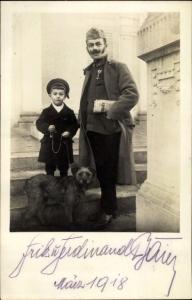 Foto Ak Kuk Soldat mit Zeitung, Fritz und Ferdinand, Junge, Hund, Gruppenbild, März 1918