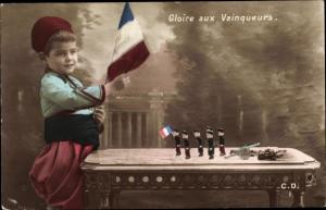 Ak Gloire aux Vainqueurs, Kind mit französischer Flagge, Zinnsoldaten