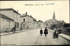Ak Malesherbes Loiret, Rue de Lyon, enfants, clocher