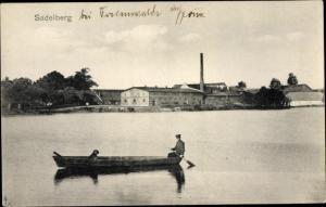 Ak Sadelberg bei Freienwalde in Pommern Chociwel, Ruderboot auf dem Wasser, Fabrik
