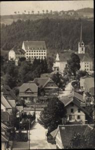 Foto Ak Kanton Zürich Schweiz?, Dorfstraße, Kirche, Bahnübergang