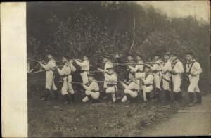 Foto Ak Deutsche Marine Soldaten im Kaiserreich, Gruppenbild in Feuerstellung, Gewehre