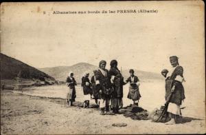 Ak Albanien, Albanier in Trachten am Ufer des Presba See