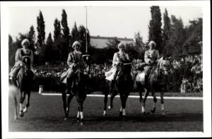 Foto Ak Dressurpferde auf dem Reitplatz, Reiter in historischen Kostümen