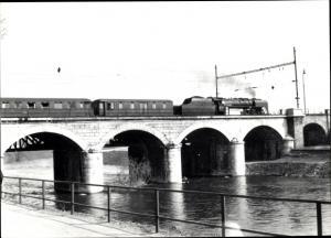 Foto Ak Deutsche Eisenbahn, Dampflok, Brücke