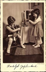 Ak Käthe Kruse Puppen, Puppenmädchen am Frisiertisch