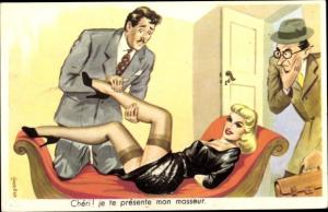 Künstler Ak Frau liegt auf dem Sofa, Beine, halterlose Strümpfe, Masseur, Liebhaber, Ehemann