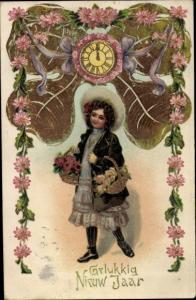 Präge Ak Glückwunsch Neujahr, Klee, Uhr, Blumengirlande, Mädchen
