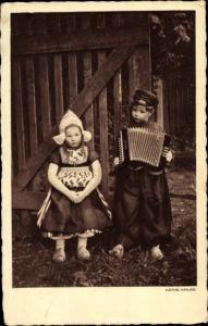 Ak Käthe Kruse Puppen, Trachtenpuppen mit Akkordeon