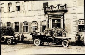 Foto Ak Soldaten und Automobile vor einem Gebäude, I. WK