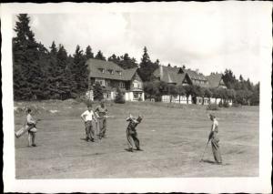 Foto Ak Männer spielen Golf, Häuser, Golfplatz