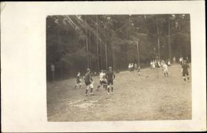 Foto Ak Fußballspiel, Spielszene auf dem Fußballplatz
