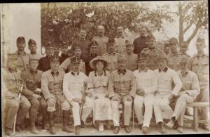 Foto Ak KuK Soldaten in Uniformen, Gruppenfoto, Frau