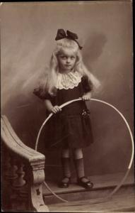 Foto Ak Mädchen mit Reifen, Carl Stüwe, Süderbrarup, Kinderportrait