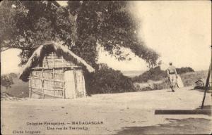 Ak Madagaskar, Une rue de Travondjy, Strohhütte an einer Straße