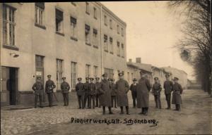 Foto Ak Berlin Schöneberg, Pionier Werkstatt, Deutsche Soldaten im Kaiserreich, Gruppenbild