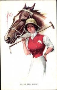 Künstler Ak After the Game, Polo Spielerin, Pferd, Portrait