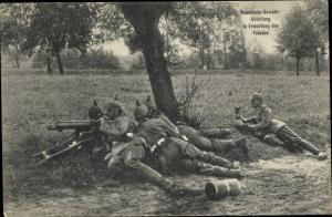 Ak Deutsche Soldaten im I. WK, Maschinengewehr Abteilung in Erwartung des Feindes