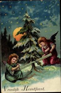 Litho Glückwunsch Weihnachten, Zwei Engel fällen einen Tannenbaum