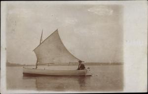 Foto Ak Mann in einem Segelboot mit Motor