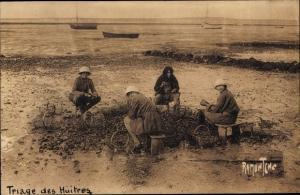 Ak La Cote Charentaise, Triage des Huitres, Austernsammlerinnen