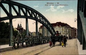 Ak Minden in Westfalen, Blick von der neuen Weserbrücke, Deutsche Soldaten marschieren