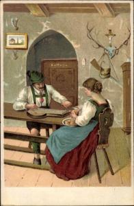 Litho Mann und Frau in bayerischen Trachten, Lederhose, Dirndl, Frau schält Kartoffeln