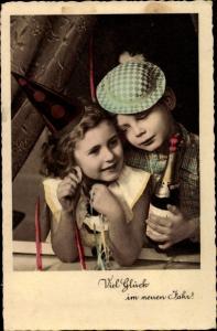 Ak Glückwunsch Neujahr, Junge und Mädchen mit Sektflasche, Luftschlangen