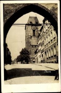 Foto Ak Toruń Thorn Westpreußen, Blick durch ein Tor zur Kirche