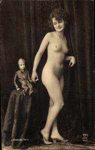 Ak Frauenakt, nackte Frau mit Puppe, Busen, Beine