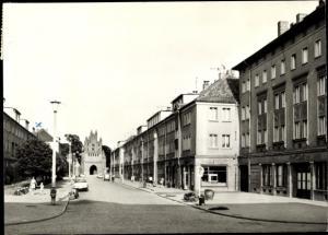 Ak Neubrandenburg in Mecklenburg, Straße der DSF, Friedländer Tor