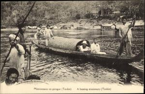 Ak Tonkin Vietnam, Missionnaire en pirogue, A boating missionary