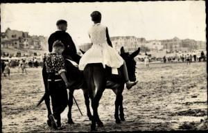 Ak Scheveningen Den Haag Südholland, Personen reiten auf Eseln am Strand