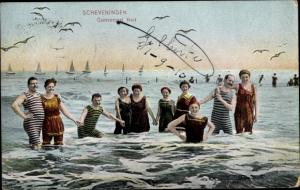 Ak Scheveningen Den Haag Südholland, Männer und Frauen in Badekleidung im Wasser