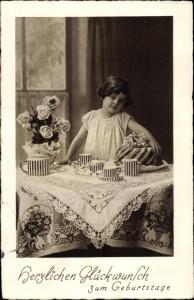 Ak Glückwunsch Geburtstag, Kind, Kaffeetafel, Kuchen, Blumenstrauß