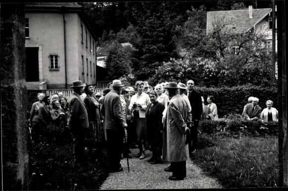 Foto Ak Bad Herrenalb im Schwarzwald, Partie in den Anlagen, Männer mit Hut 0