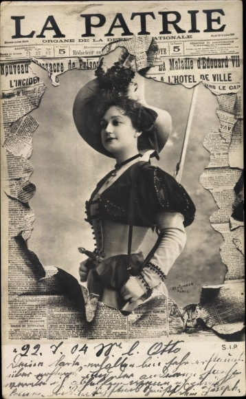 Zeitungs Ak La Patrie, Dame Portrait, Hut, Kleid, Korsett 0