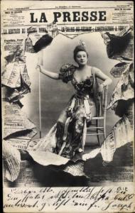 Zeitungs Ak La Presse, Dame sitzt auf einem Stuhl, außergewöhnliches Kleid