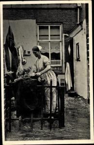 Ak Scheveningen Den Haag Südholland, Waschdag, Dame erledigt Hausarbeit