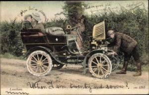 Ak Luncheon, Chauffeur repariert Motor, küssendes Paar, Automobil