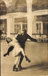 Foto Ak Paar beim Rollschuhlaufen, Rollschuhbahn, Mann, Frau