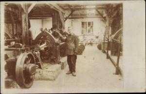 Foto Ak Arbeiter in einer Fabrik, Maschinen
