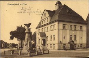 Ak Dommitzsch Elbe Nordsachsen Sachsen, Rathaus mit Kriegerdenkmal