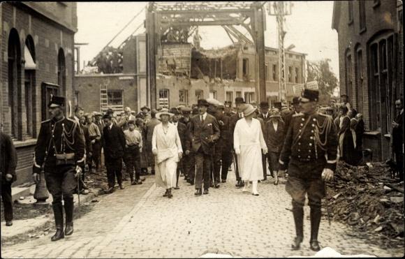 Foto Ak Borculo Gelderland, Kriegszerstörungen, Soldaten, Frauen, Männer 0