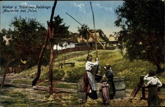 Ak Ansichten aus Polen, Frau und Kinder in Trachten am Brunnen 0
