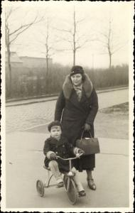 Foto Ak Frau im Mantel, Handtasche, Kind, Dreirad