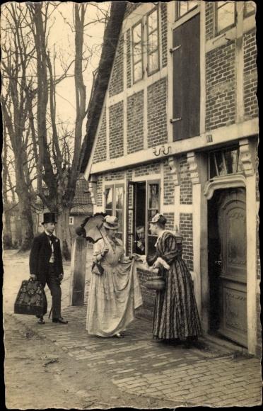 Foto Ak Frauen in historischen Kleidern, Fachwerkhaus 0