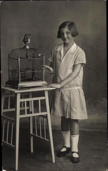 Foto Ak Mädchen mit Vogelkäfig, Kinderportrait 0
